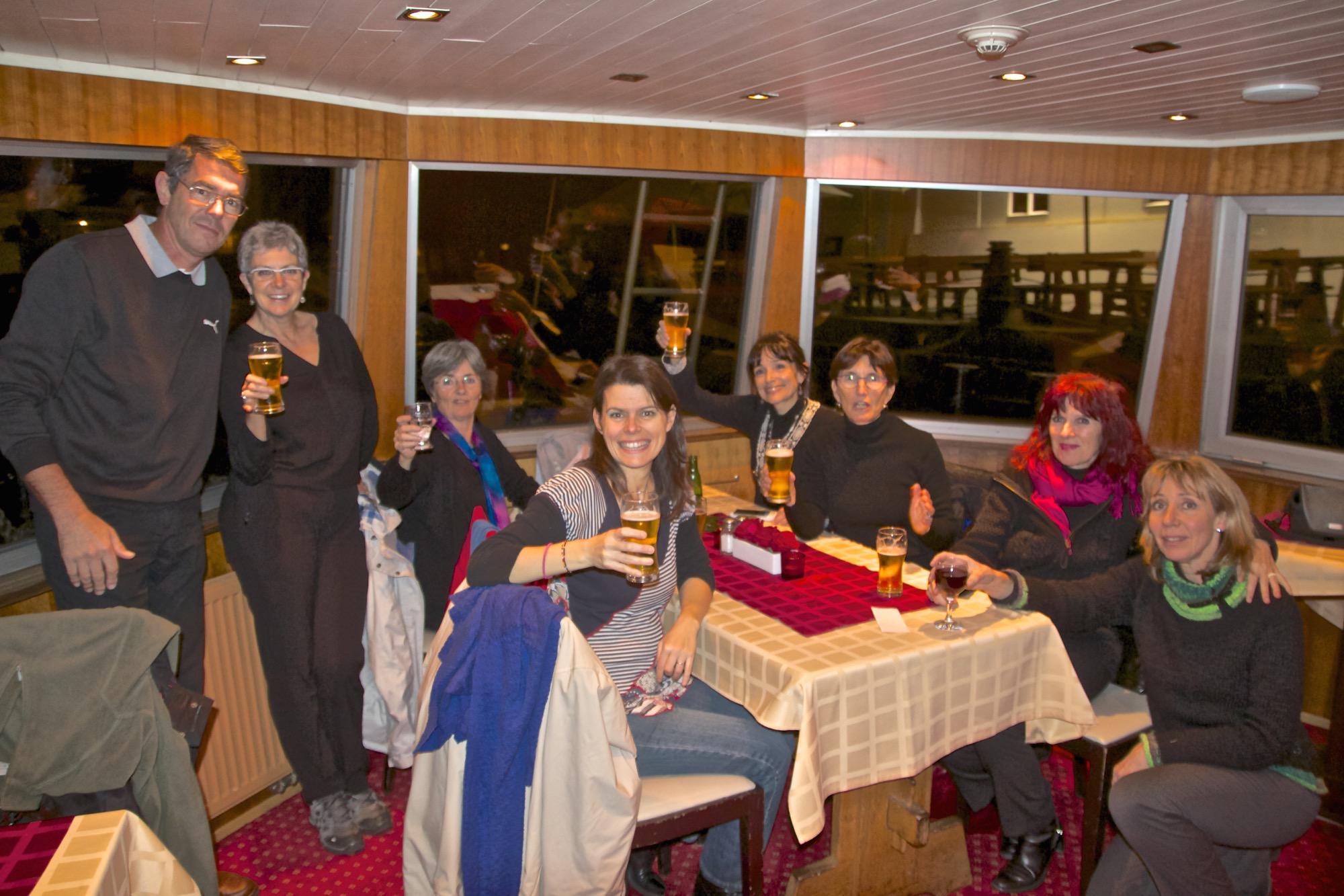 Balade en bateau sur la VLTAVA, à Prague - Nous étions répartis sur 2 péniches . La chorale des Italiens -  COHERE DA MONZA E VIMERCATE  -  Les Allemands-GEMISCHTER CHOR PETERSCHAUSEN  Les Français - Le MADRIGAL de NÎMES  Les Tchèques - LE HLALOL de PRAGUE -