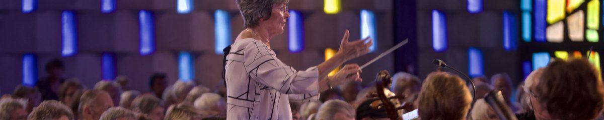 Muriel Burst en train de diriger Le Madrigal dans l'église St Dominique à Nîmes